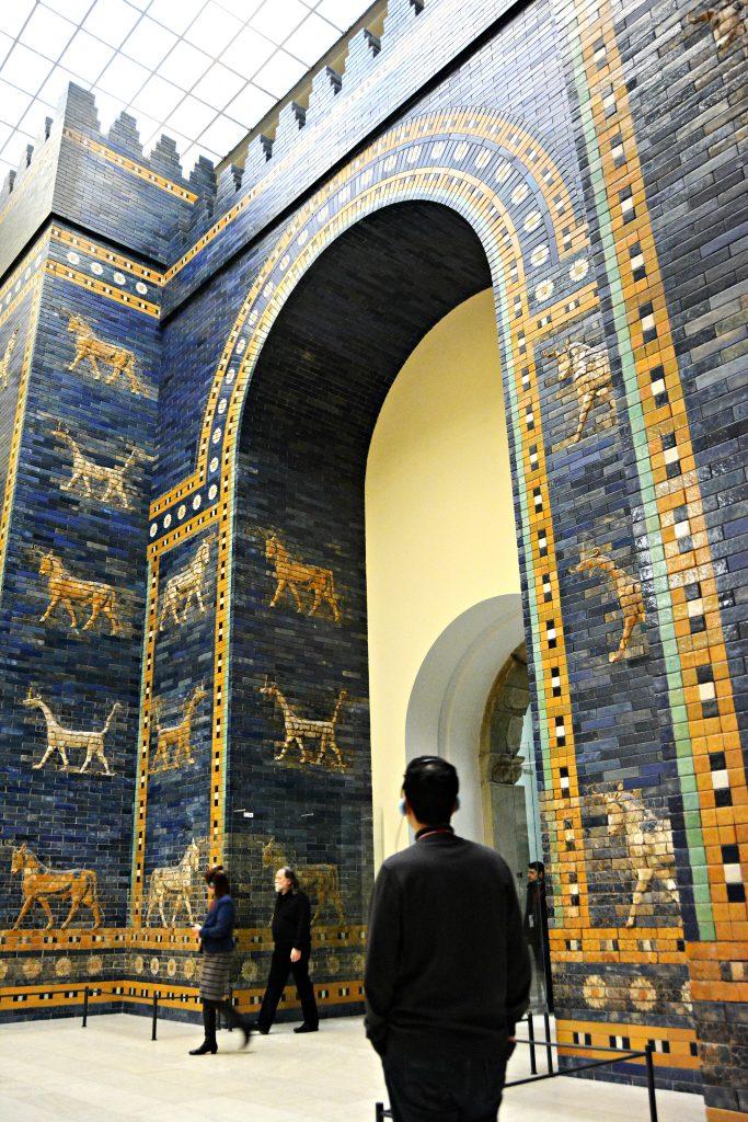 URDRAGEN: Mušḫuššu er et vingeløst dragehybrid fra Sumerisk mytologi, med kjennetegn fra både ørn, kattedyr og slangen. Ifølge mytologien tilhørte Mušḫuššu solguden Marduk. Den mest kjente fremstillingen av beistet finner man på den veldige Ishtar-porten fra det gamle Babylon, sammen med okser og løver. I dag kan man se en rekonstruksjon av porten på Pergamon-museet i Berlin. Bilde: Public domain