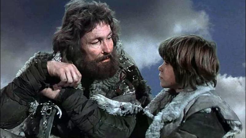 Conan lytter til faren sin som forteller ham om folket deres og guden de tilber. | Foto: Universal Pictures. 20th Century Fox