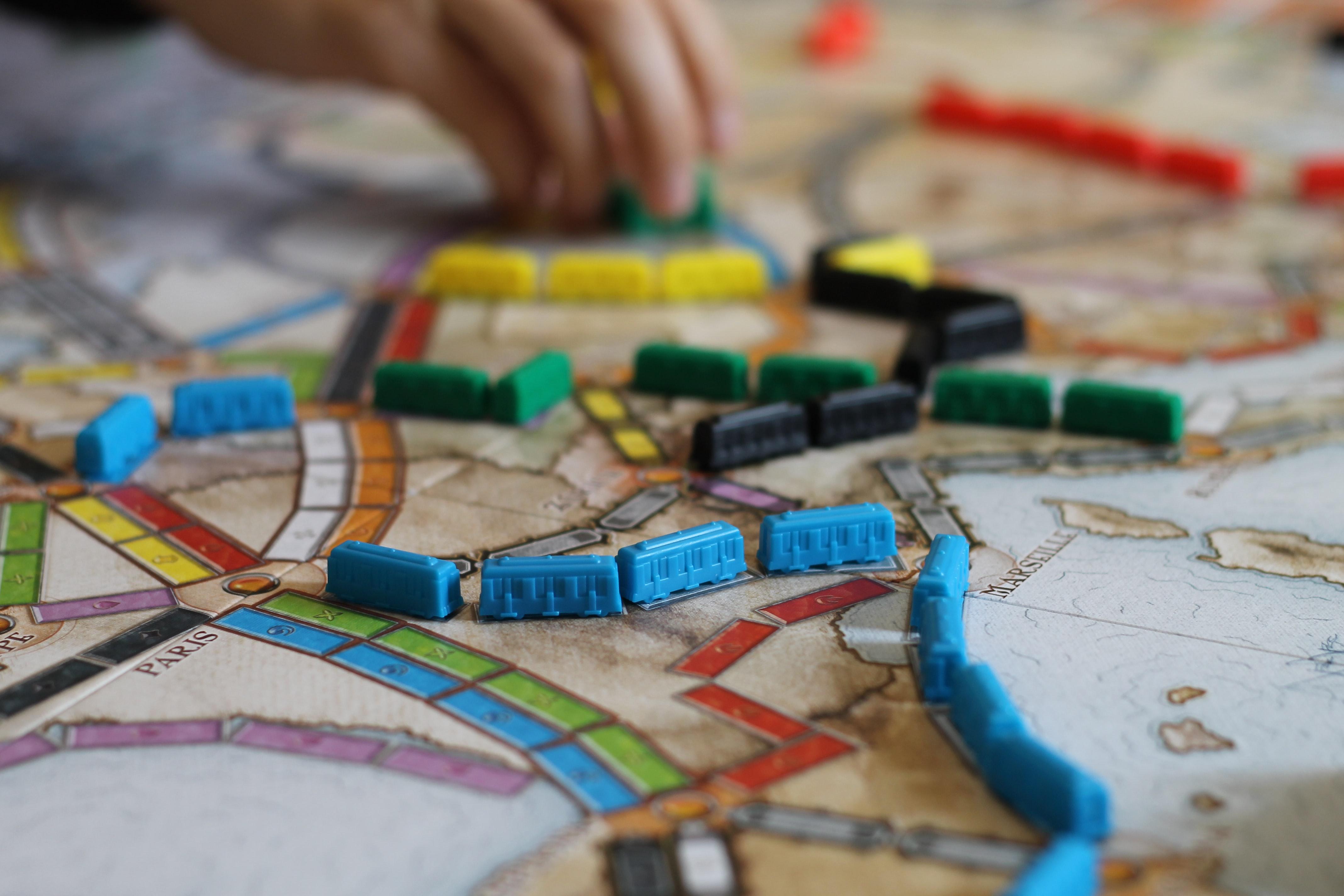 Ticket to Ride er et brettspill som passer for både unge og gamle. Foto: Dave Photoz/Unsplash