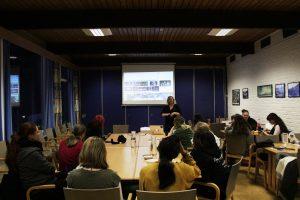 Foredragsholder Linn Søvig viser heltinnene et av de nye spillene Snow Cannon Games har produsert.