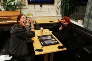 Kommende nestleder i Hyperion, Line Manum Kvinge og sentralstyremedlem Helle Munthe-Kaas koser seg med spill og strikk