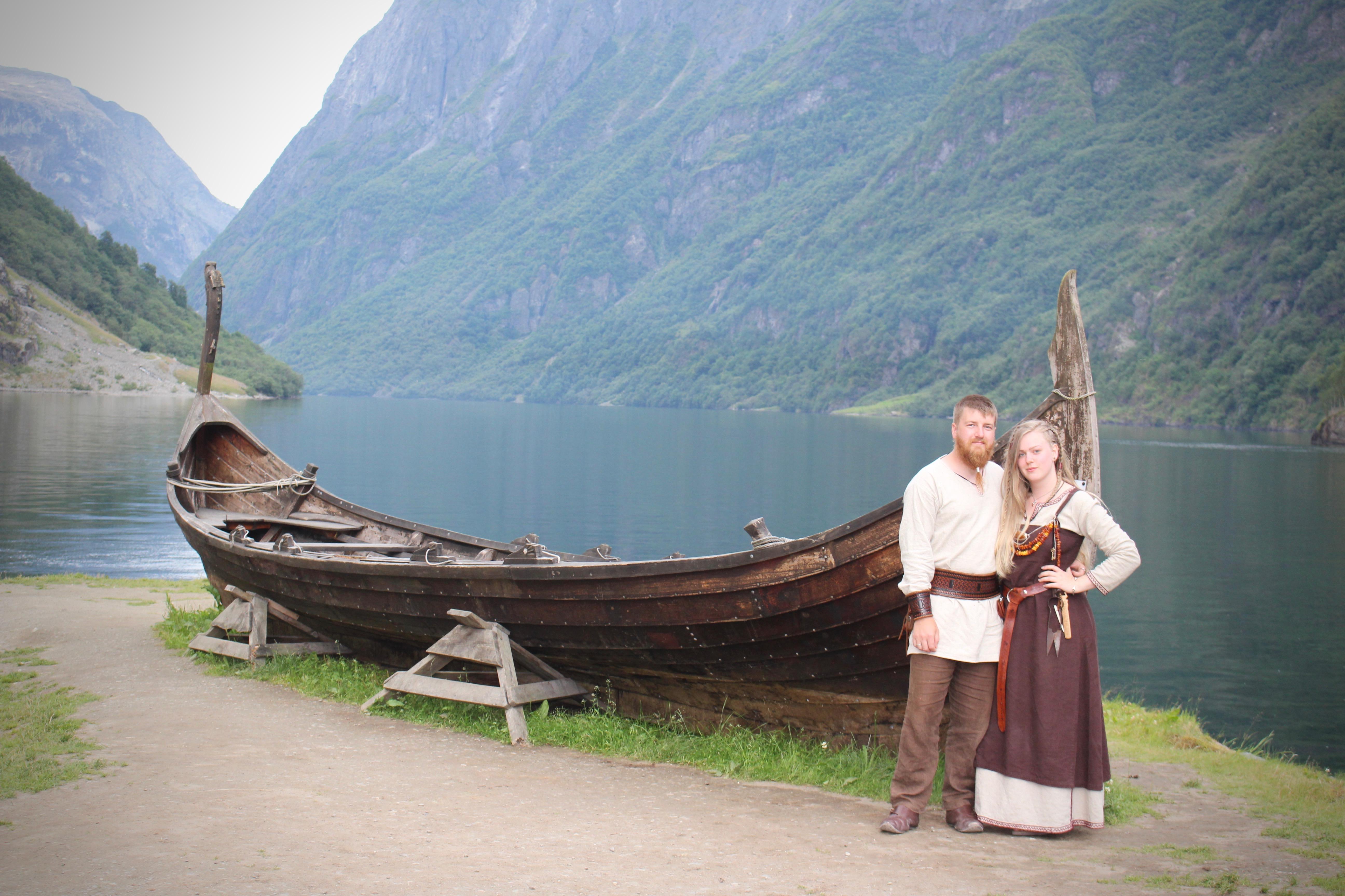 – Dette er tatt under markedet på Gudvangen i fjor. Sammen med meg på bildet er håndverkeren Colin Smiley som lager vakre ting inspirert av vikingtiden.