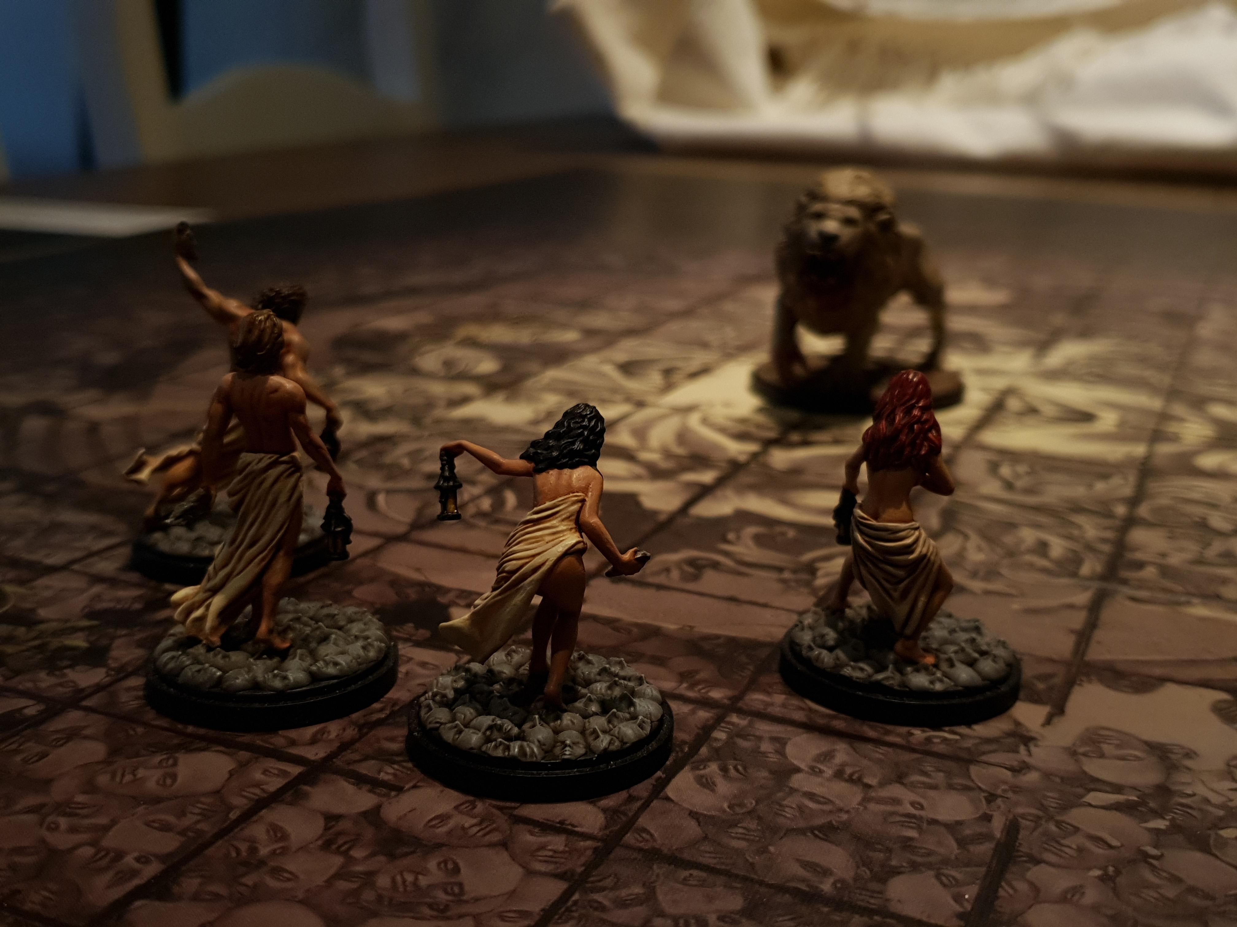 I LØVENS HULE: Slik ser spillets aller første monsterkamp ut – fire halvnakne stakkarer mot en blodtørstig løve.