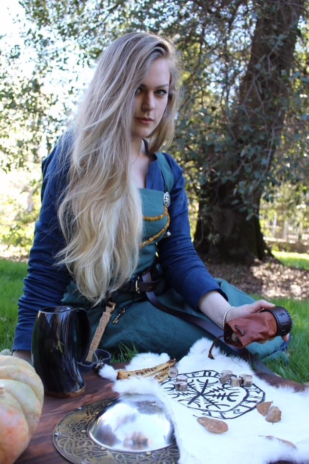 NORNEWOVEN: – Vi er heldige som lever så nært på naturen med skog, fjell og fjorder, og vi har ivaretatt en del fra vikingtiden, som vikingskipene, mener Thea. Foto: Privat